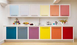 今ドキのキッチンはインテリアに色を合わせることができます